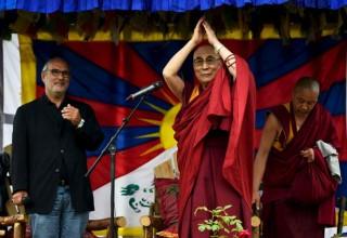 Далай-лама выступил с речью на фестивале Гластонбери вопреки предупреждению от Китая