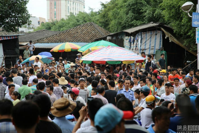 Посетители фестиваля поедания собачьего мяса в Юйлине.