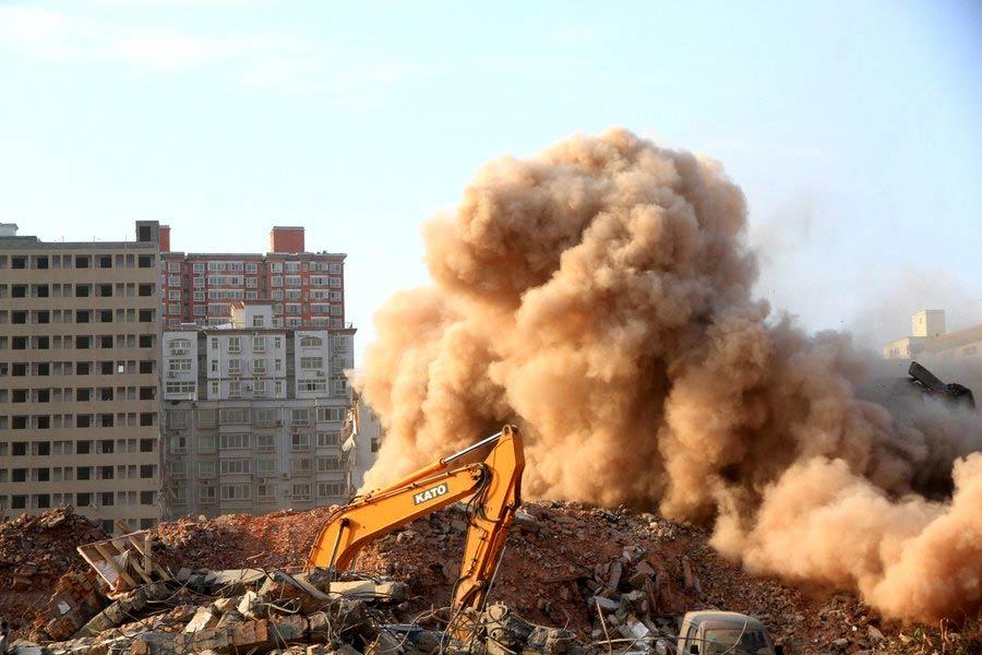 Густой дым образовался во время работ по сносу зданий в городе Чжэнчжоу, провинция Хэнань