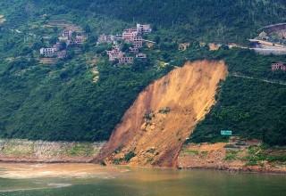 Гигантский оползень в Чунцине потопил 13 речных судов