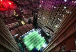 Китайский любитель футбола построил собственное поле на крыше парковки