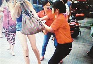 Двух моделей из Украины поймали на краже одежды в Китае
