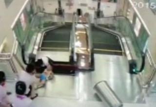 В китайском ТЦ женщина провалилась в эскалатор и погибла