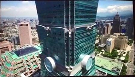 видео с дрона за несколько секунд до столкновения со зданием Тайбэй 101