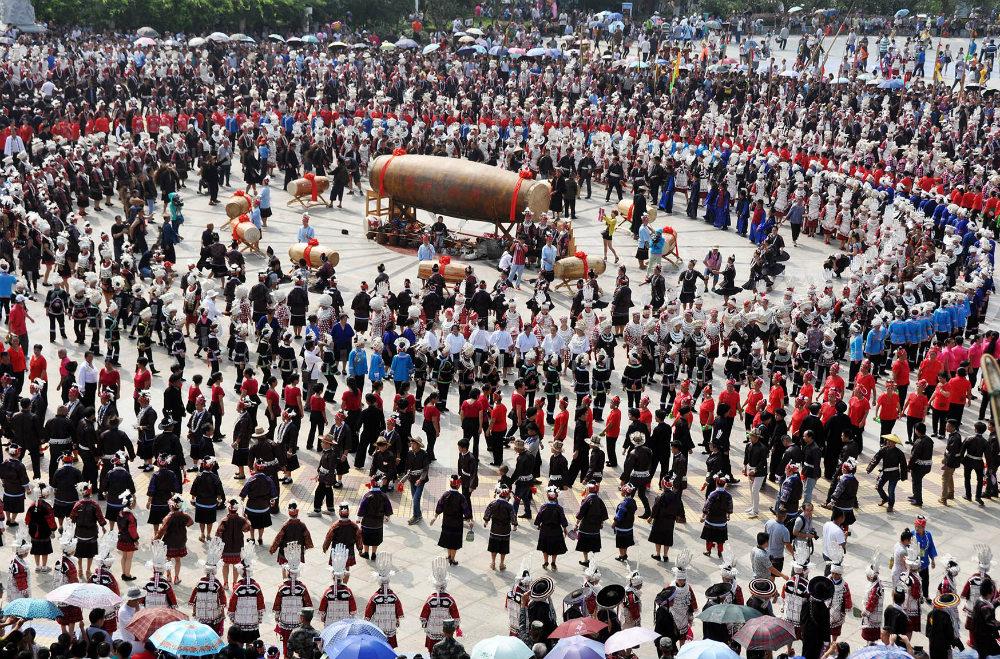 Представители народа мяо в традиционных костюмах проводят культурный фестиваль в городе Гуйян провинции Гуйчжоу. Трехдневный праздник посвящен красавице по имени Янъаша, которая, по легенде, была рождена в колодце. Мяо являются одними из 56 официальных национальностей КНР.