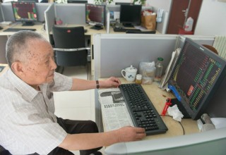 97-летний китаец играет на бирже для поддержания здоровья