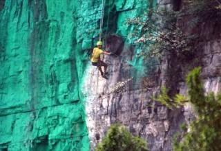 Китаец перекрасил 900-метровую скалу по правилам фэншуй