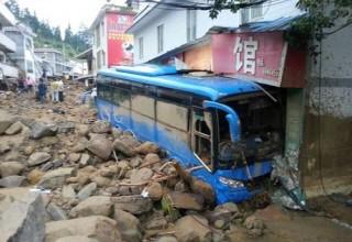 Наводнение в Сычуани унесло жизни 13 пассажиров автобуса