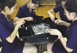 Житель Китая купил обручальное кольцо за 150 кг монет