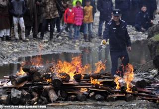 Полиция Сычуани сожгла более 3400 единиц незаконного оружия