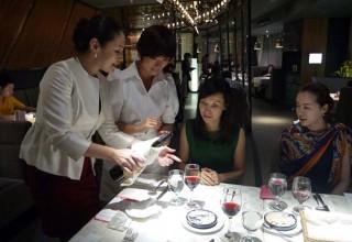 В Шанхае состоятельные китайцы начали изучать правила этикета