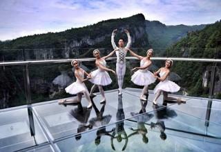 В Китае танцоры балета выступили над пропастью