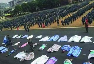 Первокурсников китайского вуза заставили лежать на улице под одеялами