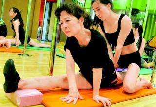 70-летняя китаянка стала звездой танца на пилоне