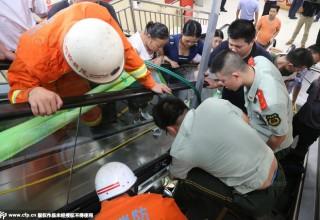 Рука трехлетней девочки застряла в эскалаторе в центральном Китае