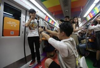 Китаец сделал предложение своему парню в вагоне метро
