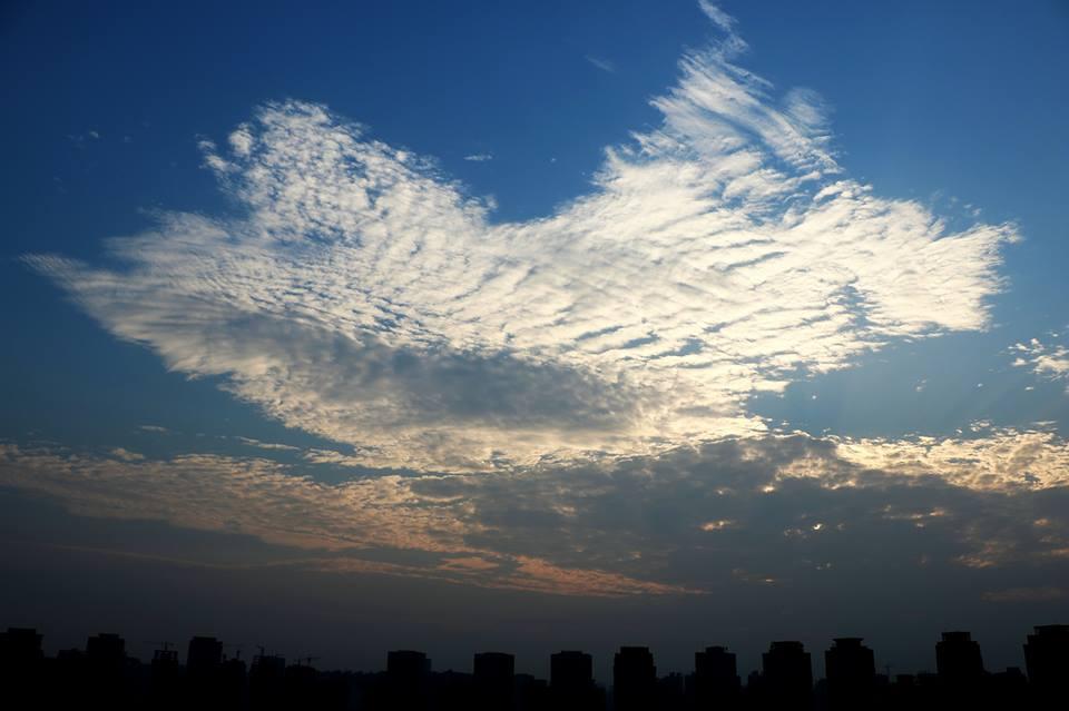 5 октября около 17:10 жители города Чжэнчжоу (провинция Хэнань) могли наблюдать облака в форме карты КНР. Явление длилось две минуты, затем картина рассеялась.