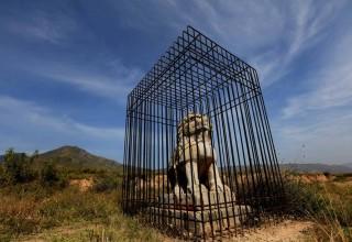 Китайские чиновники посадили в клетку каменного льва
