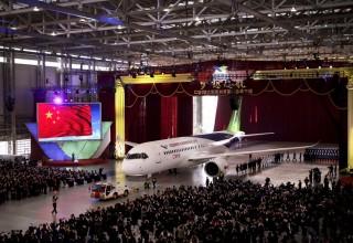 Китай представил свой первый пассажирский самолет