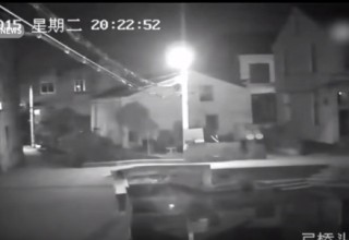 В Китае засмотревшаяся в телефон девушка упала в канал и утонула