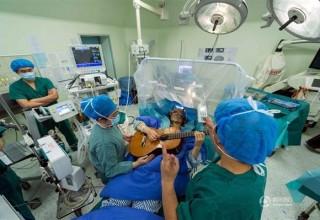 Нейромузыка: зачем китаец играл на гитаре во время операции на мозге