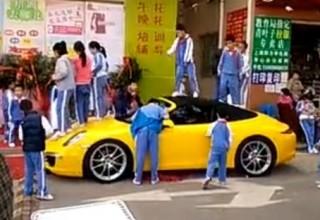 Китайские школьники играют на Porsche
