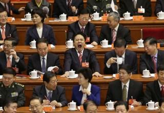Более 1 тыс китайских чиновников наказали за лень