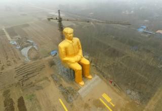 В Китае в сельской местности построили 37-метровую золотую статую Мао Цзэдуна