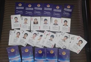 Интернет-казино: китайская полиция выпустила игральные карты с лицами киберпреступников в розыске