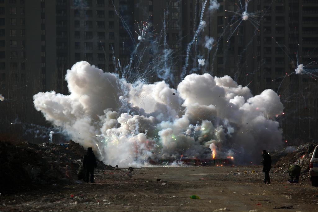 29 января полиция города Шэньян уничтожила 4515 единиц контрафактных фейерверков, конфискованных в декабре в ходе операции по контролю за общественной безопасностью.