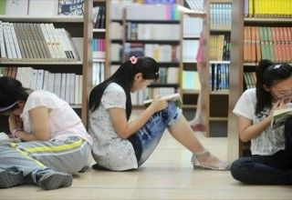 Тут вам не библиотека: китайский интернет обсуждает правомерность чтения в книжных магазинах