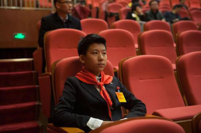 китайский пионер в костюме Armani