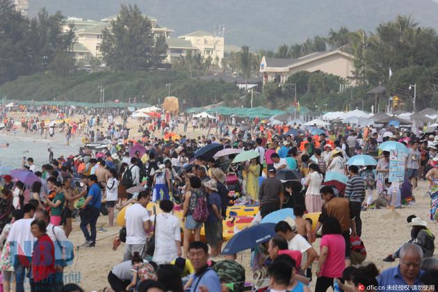 Туристы на пляже в бухте Ялунвань, Санья, 11 февраля 2016. Фото: nbd.com.cn