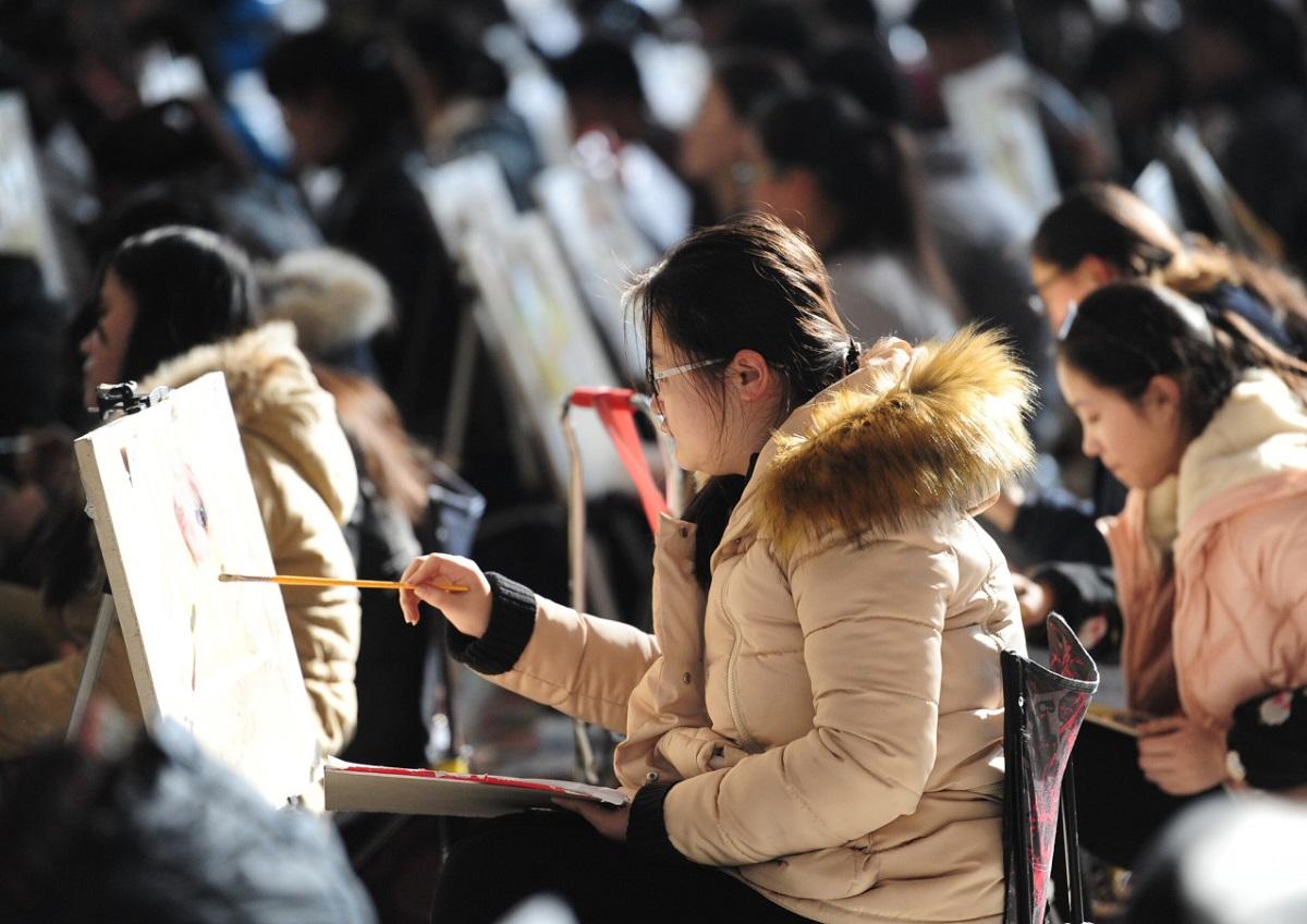 16 февраля почти 7000 абитуриентов сдавали вступительный экзамен в Шаньдунский Университет искусства и дизайна.