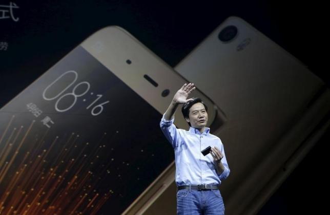 Основатель компании Xiaomi Лэй Цзюнь представляет новый смартфон Mi5 в Пекине.