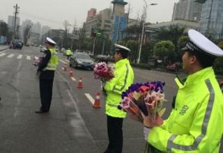 Китайские полицейские поздравили женщин-водителей с 8 марта