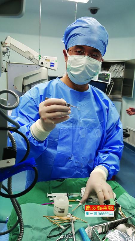 Доктор Юань во время операции. Фото: Жэньминь Жибао