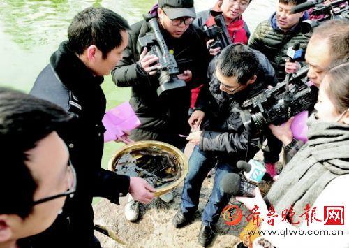 Местные жители выпускают рыбу на волю. Фото: en.people.cn