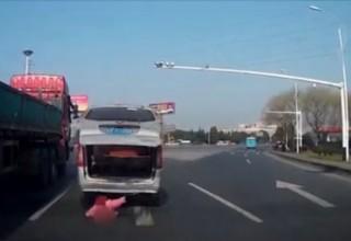 В Китае ребенок выпал из багажника автомобиля на шоссе