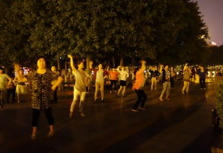В Китае мужчина устроил стрельбу по танцующим женщинам