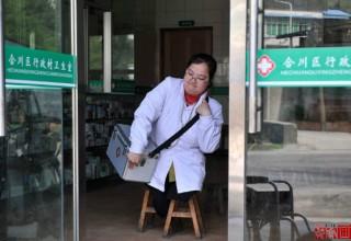 В Китае сельский врач без ног обходит пациентов с помощью табуреток