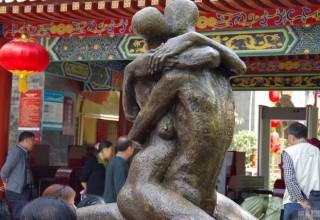Неоднозначные скульптуры установили в китайских парках