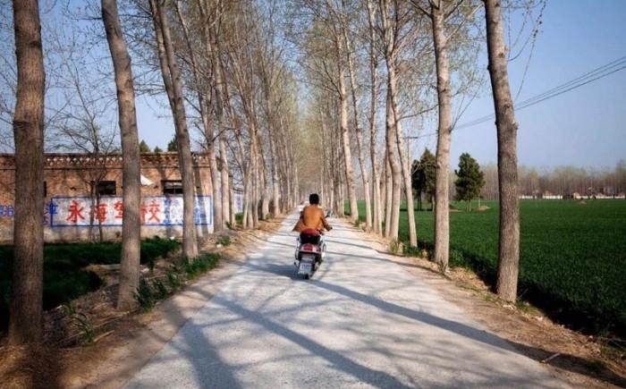 Сосед и друг Чжана Ячжоу проезжает мимо дома, где жила семейная пара. Фото: washingtonpost.com