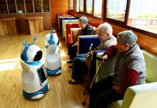 В Китае роботы напоминают пожилым людям о времени приема лекарств