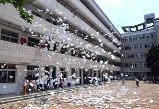 Китайским школьникам запретили рвать учебники накануне выпускных экзаменов