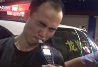 «Постарайся, как в караоке»: китайская полиция уговаривает водителя подышать в алкотестер