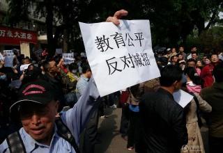 Тысячи родителей в Китае протестуют против увеличения мест в вузах для жителей бедных регионов