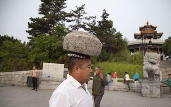 китаец в камнем на голове