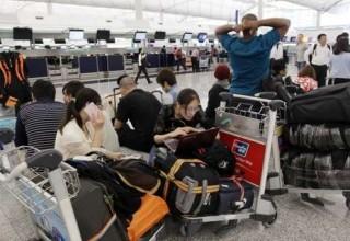 Тысячи пассажиров застряли в аэропорту Гонконга из-за массовых задержек рейсов в Шанхай