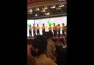 Бизнес-тренер отшлепал работников китайского банка за плохую работу